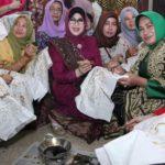 Hari Batik: 500 Ibu Membatik Bersama