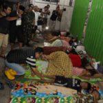 Pengungsi Banjir Sampang Tidur di Emperan