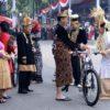 Pemenang Busana Adat Terbaik Dapat Sepeda