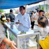 PKL Bentangkan Spanduk ke Jokowi